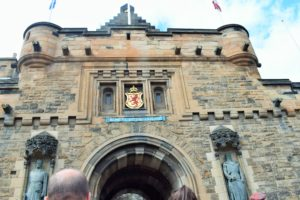2 Scottish statues of Robert the Bruce and William Wallace in the entry of Edinburgh castle